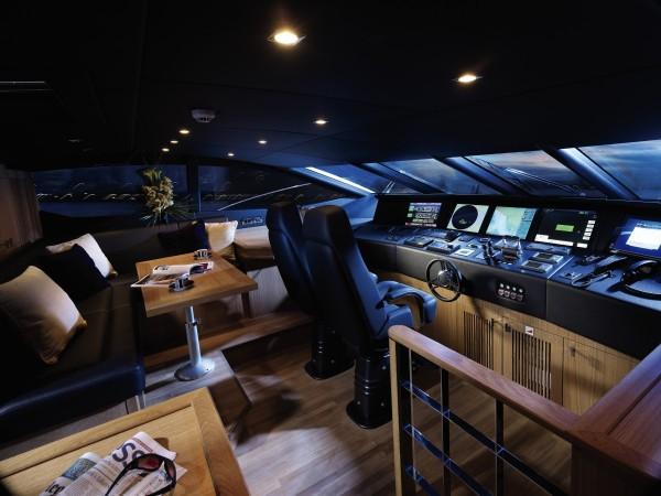 10-Yacht-control-room-600x450