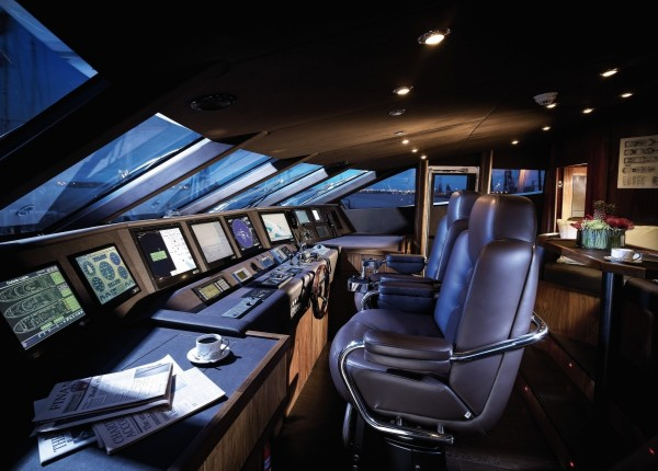 32-Yacht-control-desk-600x430