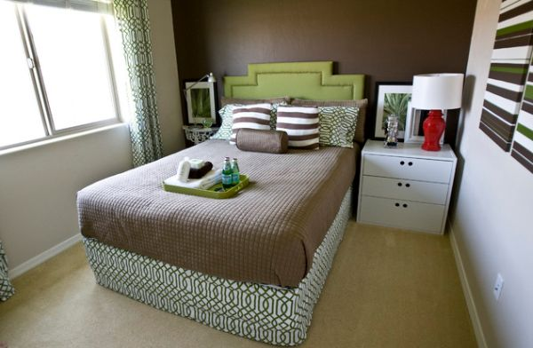 Always-keep-a-small-bedroom-clean-and-uncluttered